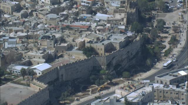aerial nablus gate in the old city of jerusalem, israel, jerusalem, judea mountains - muro di recinzione video stock e b–roll