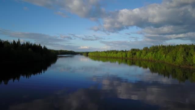 Aerial natur landskap flyger över floden vid solnedgången