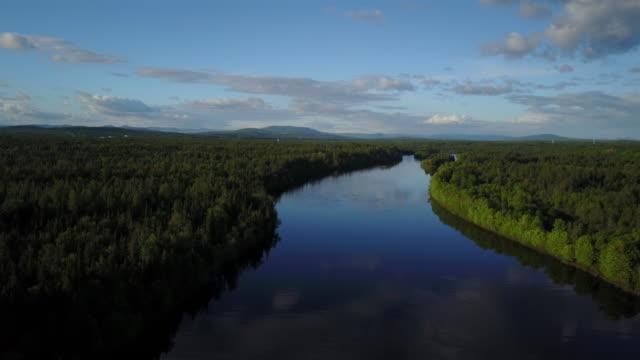 日没で川の上を飛んで空中の自然風景 - クワッドコプター点の映像素材/bロール