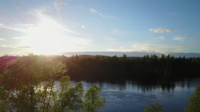 Antenne Naturlandschaft fliegen über Fluss bei Sonnenuntergang