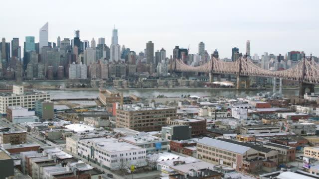 aerial new york city along river - kantilever bildbanksvideor och videomaterial från bakom kulisserna