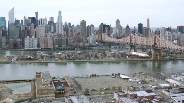 aerial new york city around bridge and along river - kantilever bildbanksvideor och videomaterial från bakom kulisserna