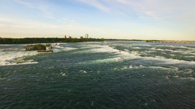 4k aerial niagara falls: cross niagara river - fluss niagara river stock-videos und b-roll-filmmaterial