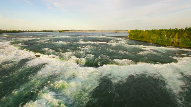 4k aerial niagara falls: fresh water pan down - fluss niagara river stock-videos und b-roll-filmmaterial