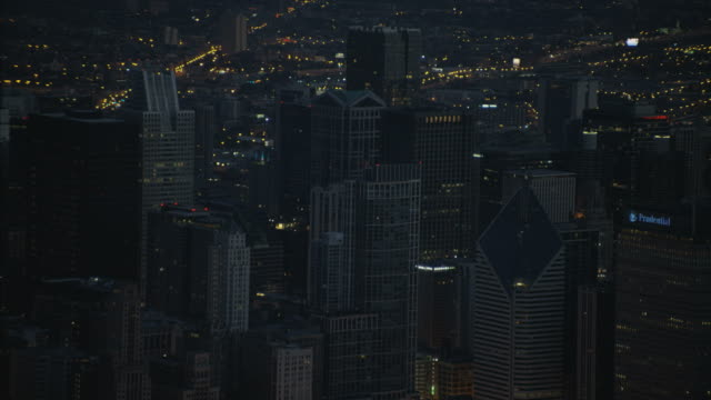 vidéos et rushes de aerial night illuminated skyline city buildings chicago illinois - tour sears