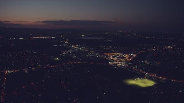 vídeos de stock, filmes e b-roll de aerial night illuminated view residential suburbs gold coast - cidade pequena