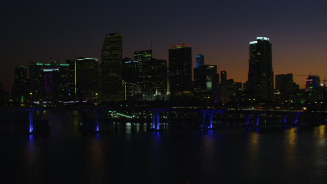 stockvideo's en b-roll-footage met aerial night macarthur causeway bridge bayside marketplace florida - macarthur causeway bridge