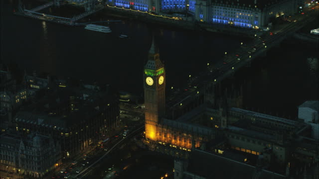 vídeos de stock e filmes b-roll de aerial night view houses of parliament london uk - big ben