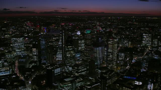 stockvideo's en b-roll-footage met aerial night view london financial district illuminated skyline - engeland
