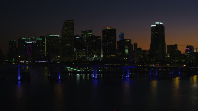 stockvideo's en b-roll-footage met aerial night view macarthur causeway bayside marketplace miami - macarthur causeway bridge
