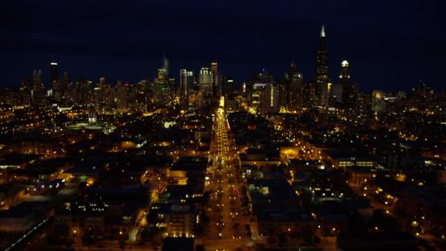 aerial night view of chicago city freeways - シカゴ市点の映像素材/bロール
