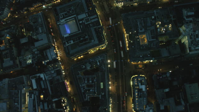 stockvideo's en b-roll-footage met aerial night view of city buildings london uk - stadsweg
