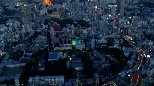 vidéos et rushes de vue aérienne de nuit du paysage urbain de tokyo avec la tour de tokyo - panoramique