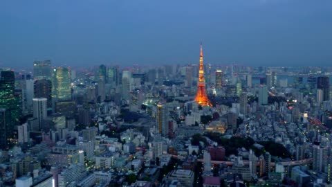 aerial nachtansicht von tokio stadtbild mit tokyo tower - schwenk stock-videos und b-roll-filmmaterial