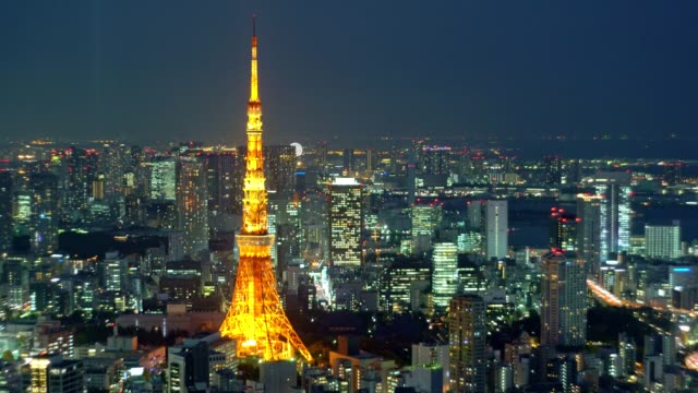 vídeos de stock, filmes e b-roll de visão aérea noturna da paisagem urbana de tóquio com a torre de tóquio - ponto de observação