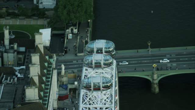 vídeos y material grabado en eventos de stock de aerial night view passenger pods london eye uk - rueda del milenio