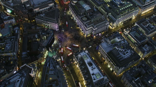vidéos et rushes de aerial night view piccadilly circus street lights london - crépuscule