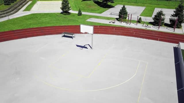 空中 - バスケットボールコートに人がいない - 球技場点の映像素材/bロール