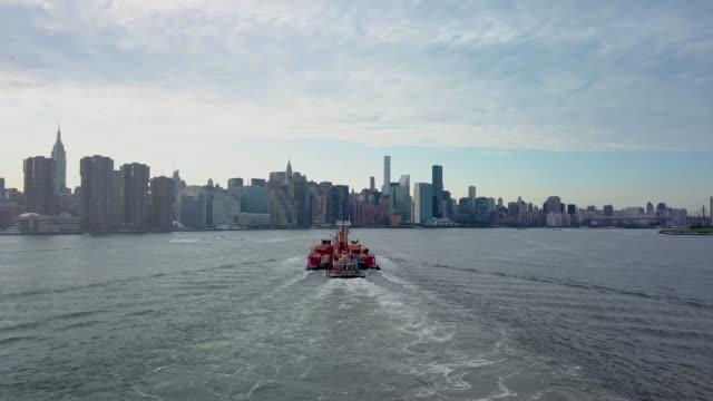 aerial nyc boat skyline - edificio adibito a uffici video stock e b–roll