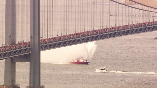 vidéos et rushes de aerial nyfd boat new york city marathon - marathon