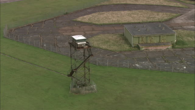 vidéos et rushes de aerial observation tower and weapons storage facilities at bentwaters airbase / suffolk, england - aérodrome
