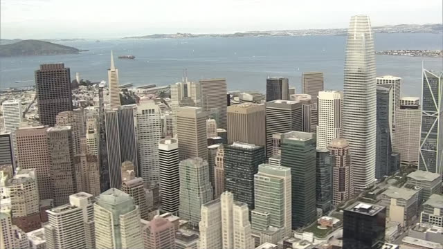 vídeos y material grabado en eventos de stock de aerial of a ship on the pacific ocean pulling back to reveal an aerial view of downtown san francisco. - torre coit