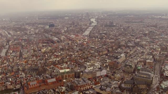 vídeos de stock, filmes e b-roll de aerial of amsterdam center over looking tops of houses and buildings, canals - teatro de ópera