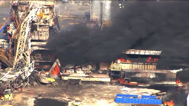 vídeos de stock e filmes b-roll de kfor aerial of an oil well drilling rig explosion in pittsburg county on january 22 2018 five workers were killed - perfurar