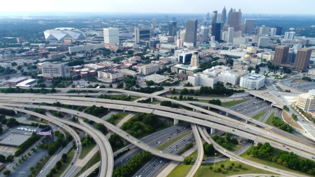 aerial of atlanta, ga highway junction with skyline - georgia stati uniti meridionali video stock e b–roll