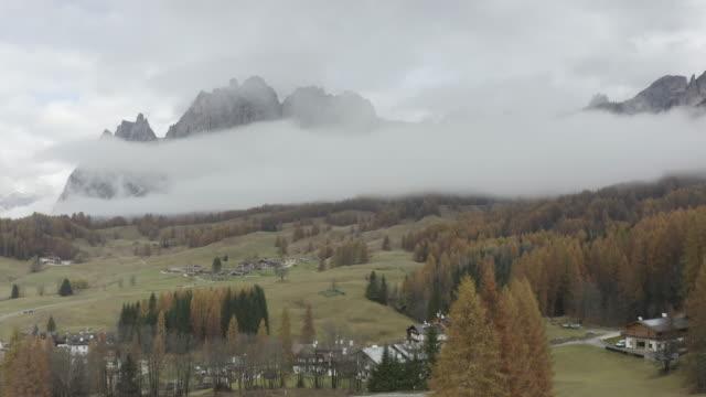aerial of autumn colour around the pomagagnon mountain range near to cortina d'ampezzo, italy. - トレンティーノ点の映像素材/bロール