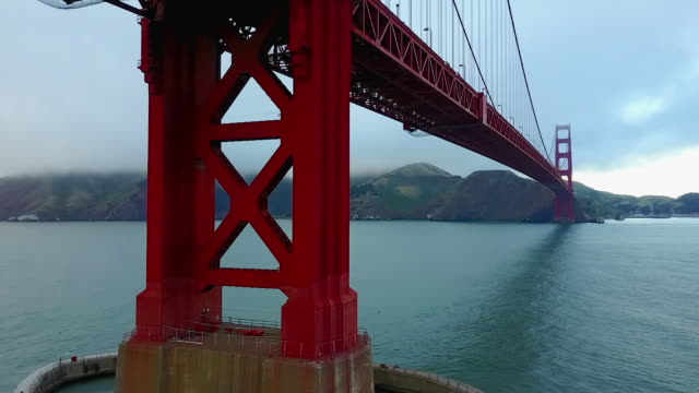 vídeos de stock, filmes e b-roll de aerial of base structure of golden gate bridge - golden gate bridge