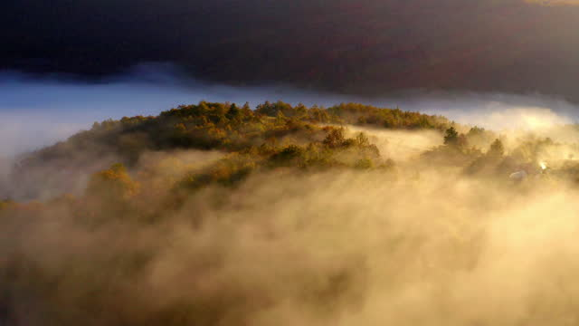 vidéos et rushes de aerial of beautiful landscape in foggy weather at una national park - vallée