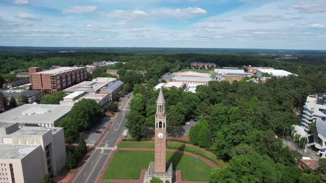 vídeos y material grabado en eventos de stock de antena de bell tower en la universidad de carolina del norte en chapel hill en la primavera - columna arquitectónica