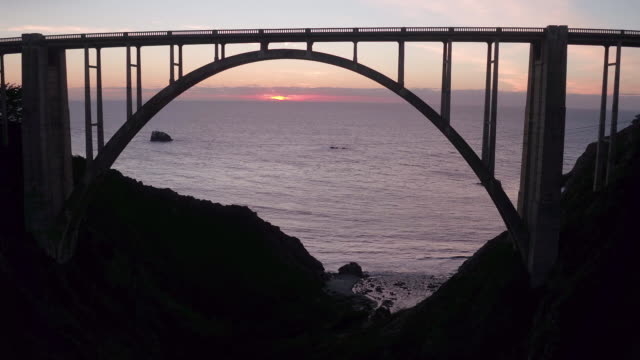 vídeos de stock, filmes e b-roll de aerial of bixby bridge - 30 segundos ou mais