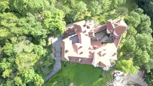 aerial of bran castle, romania - transilvania video stock e b–roll