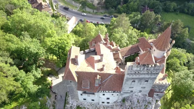 aerial of bran castle, transylvania, romania - transilvania video stock e b–roll
