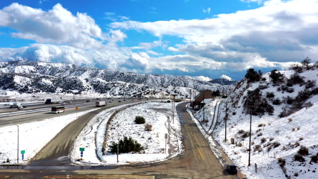 aerial of california grapevine und interstate 5 freeway in snow - amerikanische sierra nevada stock-videos und b-roll-filmmaterial