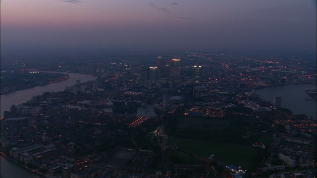 vídeos de stock e filmes b-roll de aerial of canary wharf at dusk / london - hsbc towers