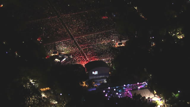 aerial of crowds in central park during the global citizen festival . - festival goer stock videos & royalty-free footage