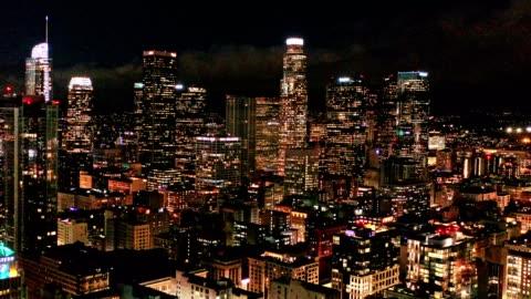 stockvideo's en b-roll-footage met luchtfoto van downtown los angeles california at night - zuidelijk californië