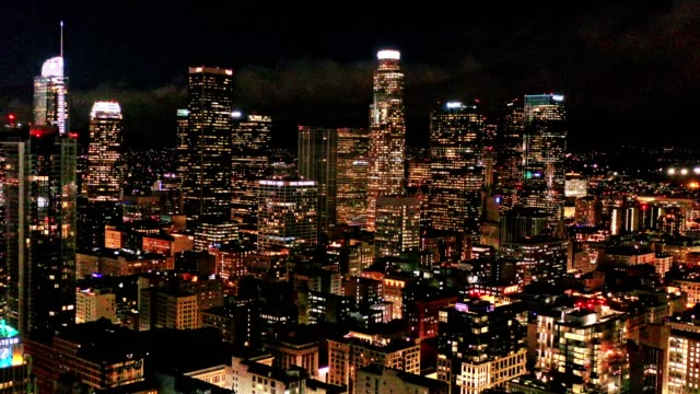 vídeos de stock e filmes b-roll de aerial of downtown los angeles california at night - sul da califórnia