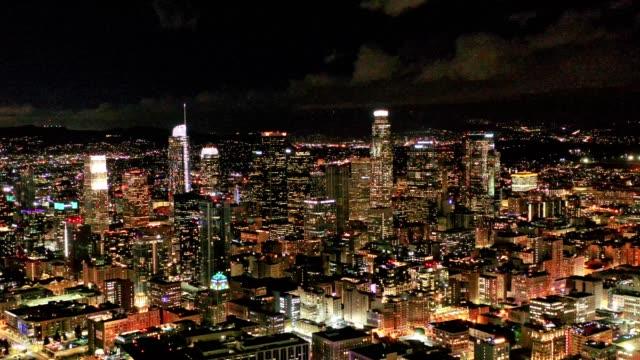 vídeos de stock e filmes b-roll de aerial of downtown los angeles california at night - expansão urbana