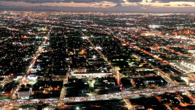 luftaufnahme der innenstadt von los angeles kalifornien nachts - stromnetz stock-videos und b-roll-filmmaterial