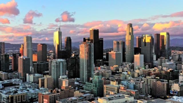 stockvideo's en b-roll-footage met luchtfoto van downtown los angeles california at night - onbemand luchtvaartuig