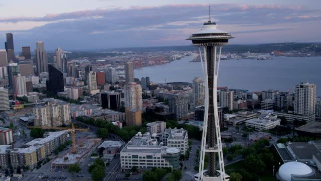 vídeos de stock e filmes b-roll de aerial of downtown seattle city usa - space needle