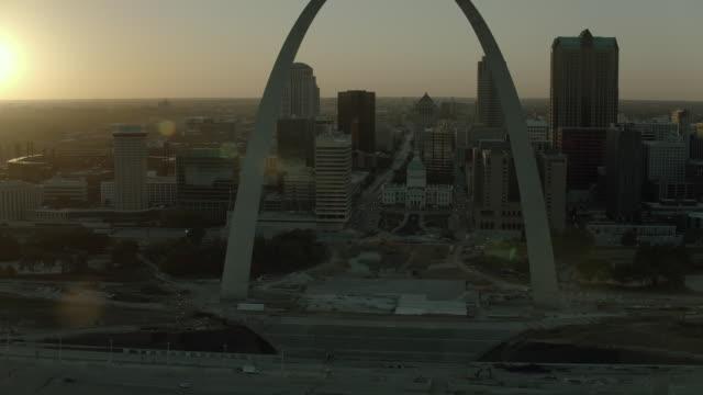 aerial of downtown st louis at sunset - jefferson national expansion memorial park bildbanksvideor och videomaterial från bakom kulisserna