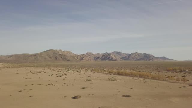 aerial of elsen tasarkhai sand dunes in khogno khan national park, mongolia. - mongolei stock-videos und b-roll-filmmaterial