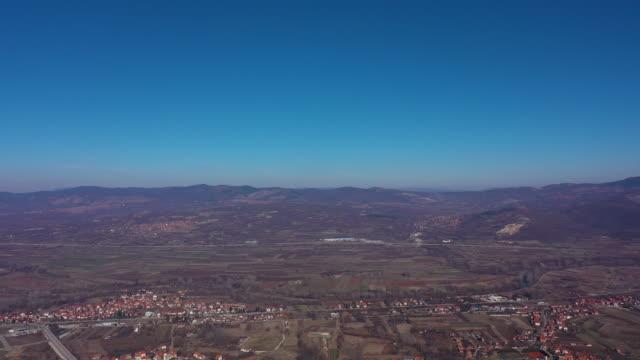 vídeos y material grabado en eventos de stock de 4k antena de volar sobre un hermoso bosque de montaña verde - multicóptero