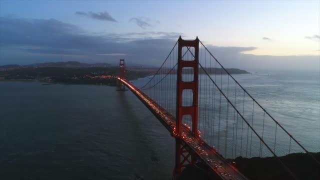 vidéos et rushes de aerial of golden gate bridge at sunset hd stock footage - baie eau