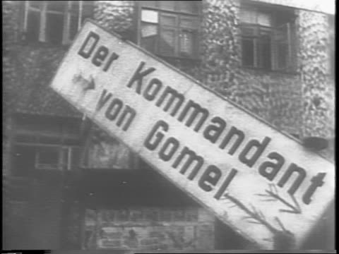 aerial of gomel / montage of russian soldiers marching through gomel / montage of soldiers knocking german signs down in russian cities / female mp... - 1944 bildbanksvideor och videomaterial från bakom kulisserna